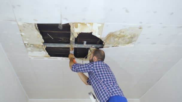 Opravy se zhroutil strop. Stropní panely poškozené obrovský otvor ve střeše pronikání dešťové vody. Vodní, poškozeno strop