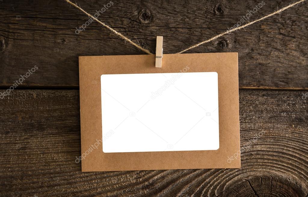 Papier-Fotorahmen auf dem Hintergrund der Holzwand im alten Stil ...