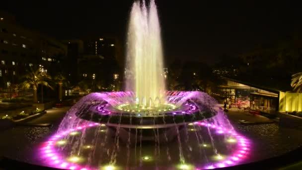 Los Angeles City Hall a fontána noční