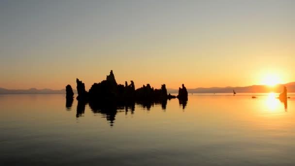 Festői Mono Lake California napkeltekor