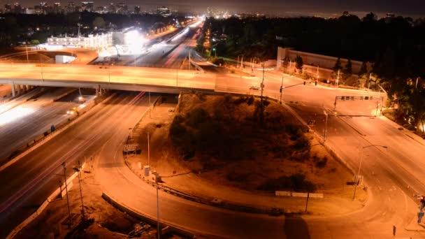 Noční provoz na rušné dálnice v Los Angeles