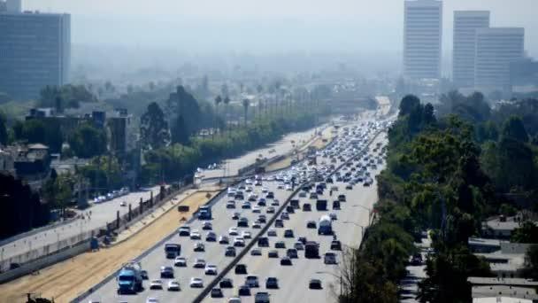 Verkehr auf vielbefahrener Autobahn in Los Angeles