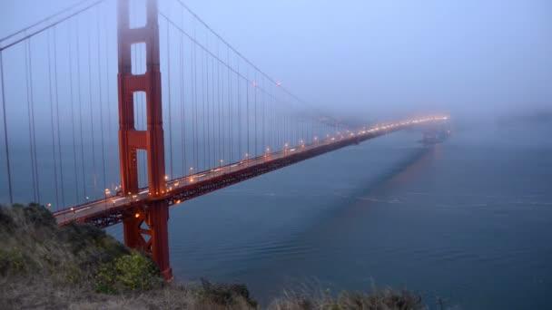 Golden Gate Bridge pokryté večerní mlze