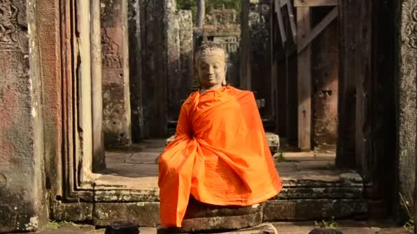 Oblečený socha Buddhy v chrámu
