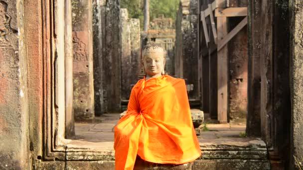 Buddha templom öltözött szobra