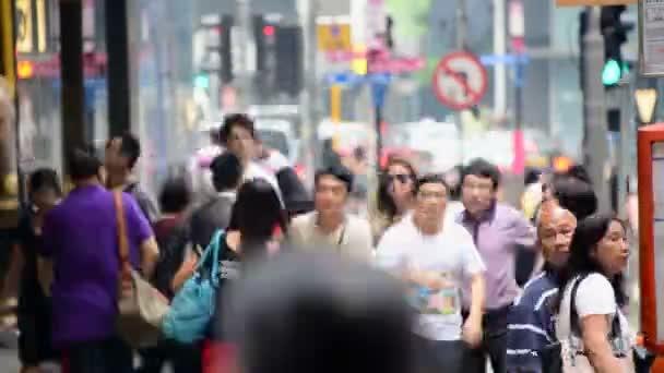 Chodci v centrální čtvrti Hong Kong
