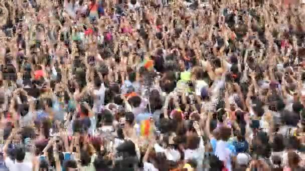 Tömeg elektronikus zenei fesztiválon