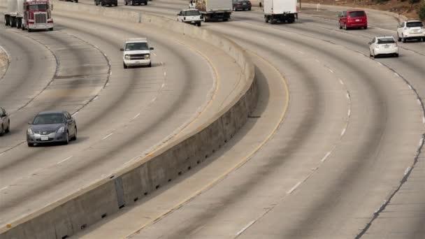 A forgalmas autópályán a forgalom megtekintése