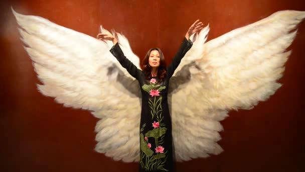 Ázsiai nő angyal szárnyakkal