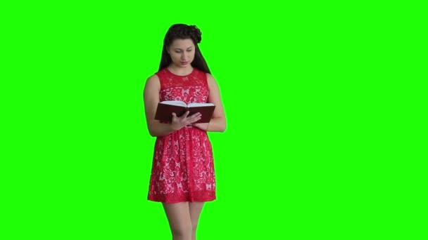 Žena v červených šatech s knihou