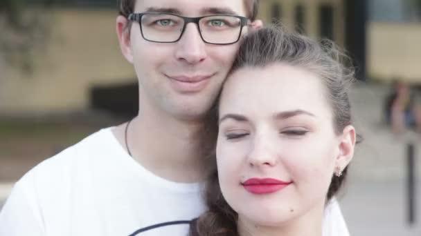 Portrét dvojice, která se na vás dívá a usmívá se