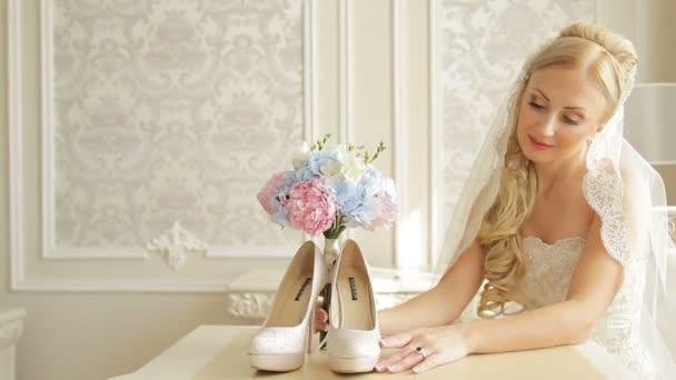 A menyasszony keres cipő és a csokor