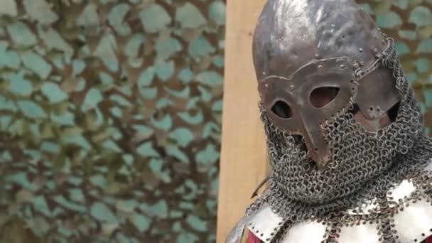 rytíř v brnění a helmu s mečem