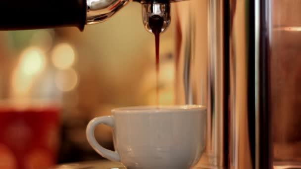 Egy csésze kávé konyhában elkészítése
