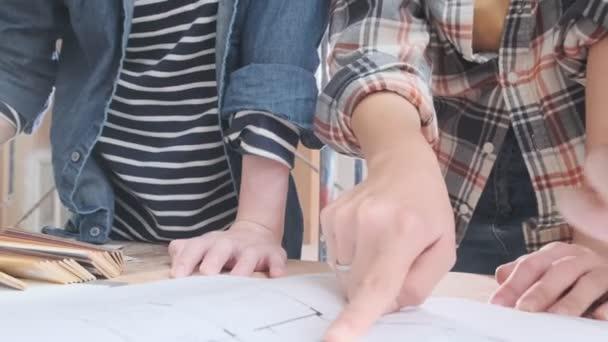 4k uhd zpomalení konzultační setkání chytrého muže ženské asijské interiérové návrhářky nebo achitect s modrotiskem domácí mockup a materiálu vzorku s v domě renovovat zlepšení staveniště