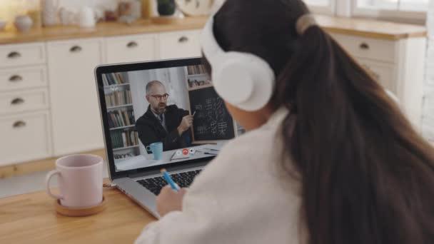 Student má videokonferenci na notebooku s lektorem