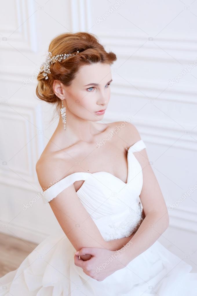 Braut Frisur und Make-up. Junge Frau mit Stirnband — Stockfoto ...