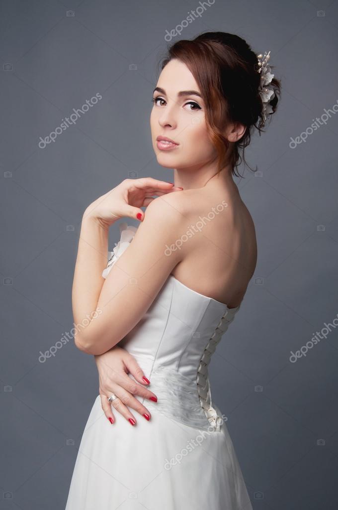 spalle Sposa capelli updo Foto nude con e elegante corti vestito rrP01