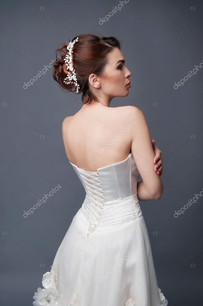 Acconciatura da sposa. Bruna con capelli ricci e copricapo in rilievo.  Vista dal retro — Foto di ... e5d8e191d15b
