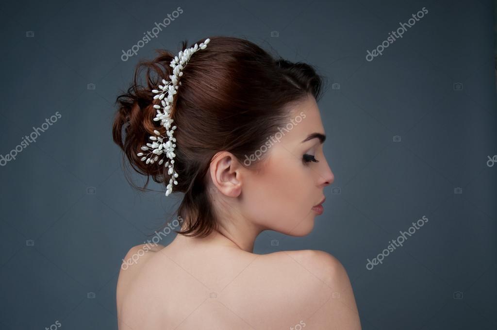 2fe6807949be97 Весільна зачіска. Брюнетка з Кучеряве волосся і бісером головний убір — стокове  фото