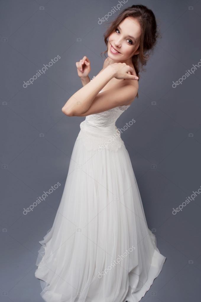 1cc5548a4cae05 Gelukkige bruid dragen witte bruiloft jurk van kant en glimlachen — Foto  van ...