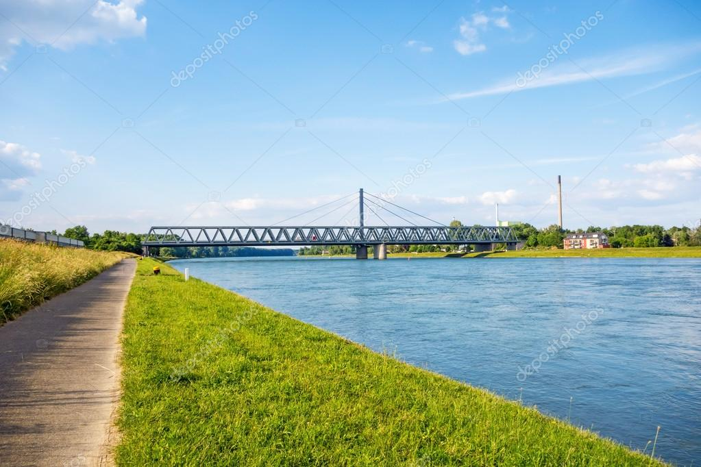 Alpha- bébête - Page 2 Depositphotos_82590064-stock-photo-rhine-bridge-karlsruhe-germany