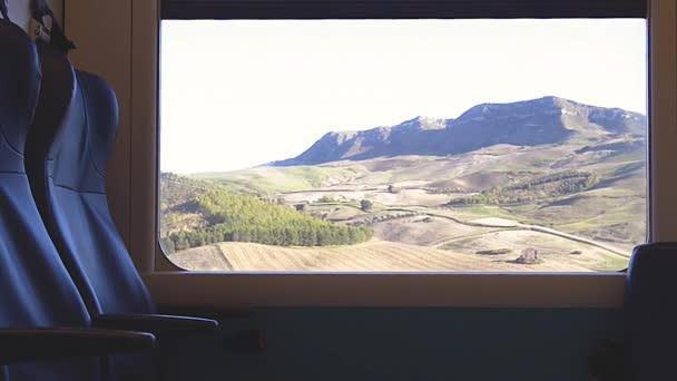pohled zevnitř okna jedoucího vlaku