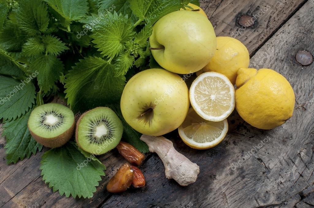 mixed fruit and nettles for a refreshing and detoxifying smoothi