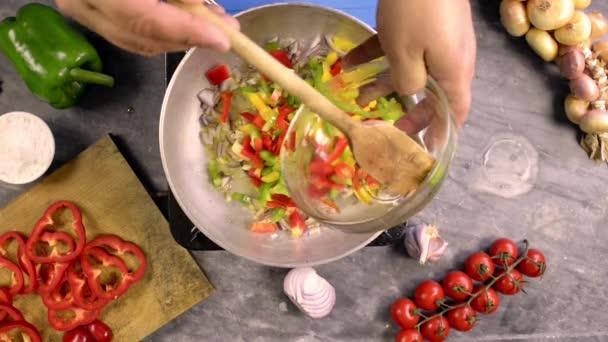 Příprava omáčky na těstoviny s paprikou