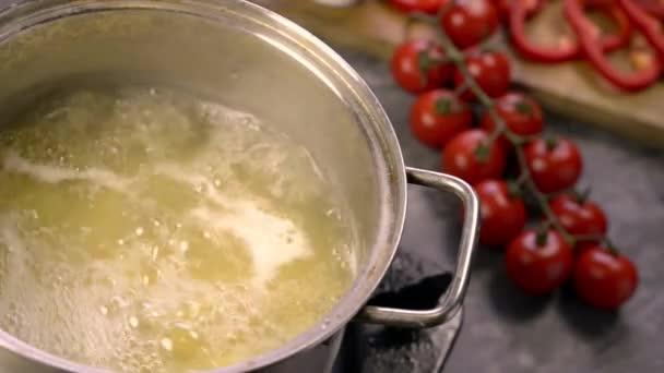 dávat sůl na vaření těstovin nazývají kolínka