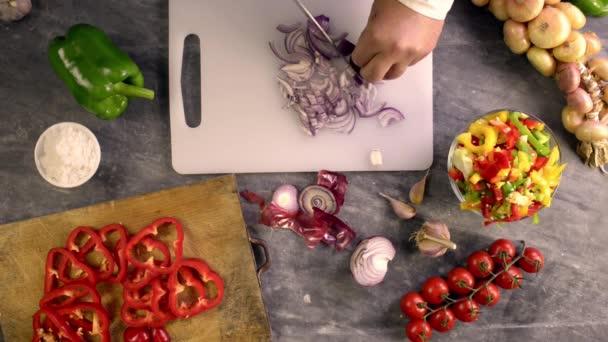 plátky cibule na chuť těstovin
