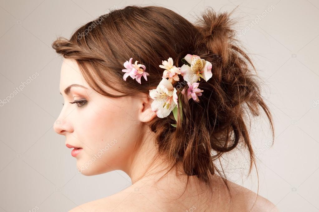 Hochzeits Frisur Mit Blumen Stockfoto C Furmananna 91145714