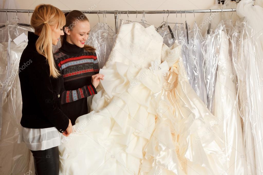 amigos que buscan vestidos de novia — foto de stock © furmananna