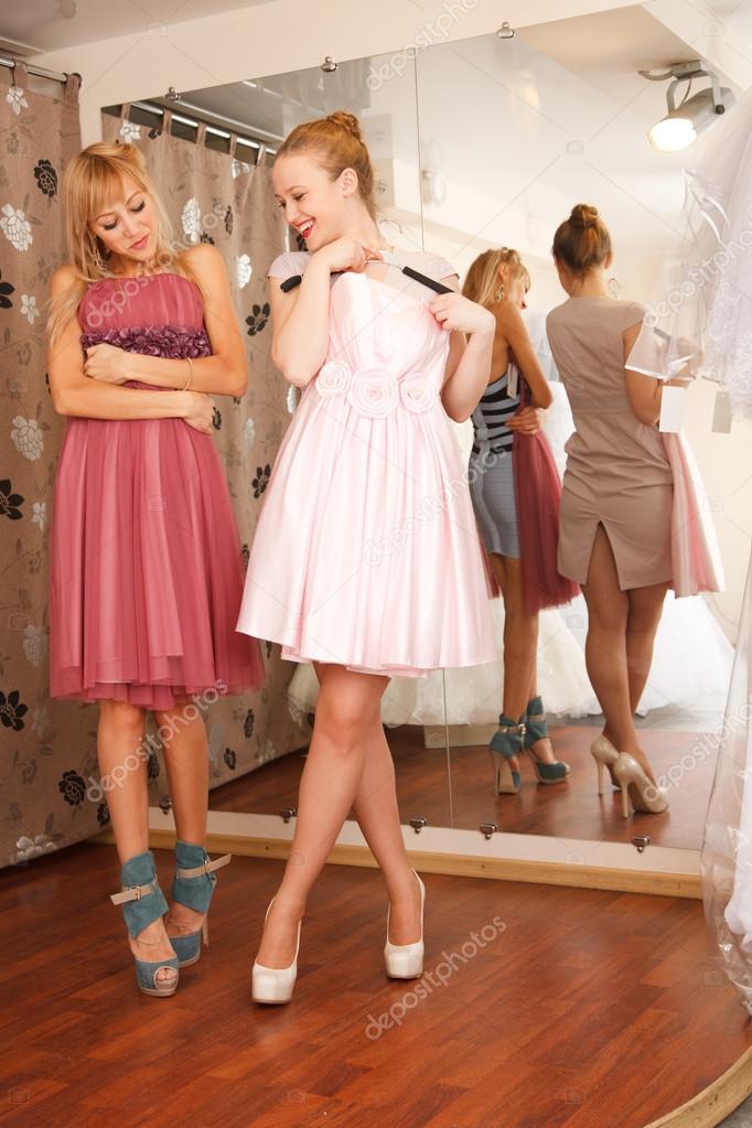 damas en busca de vestidos para boda — Foto de stock © FurmanAnna ...