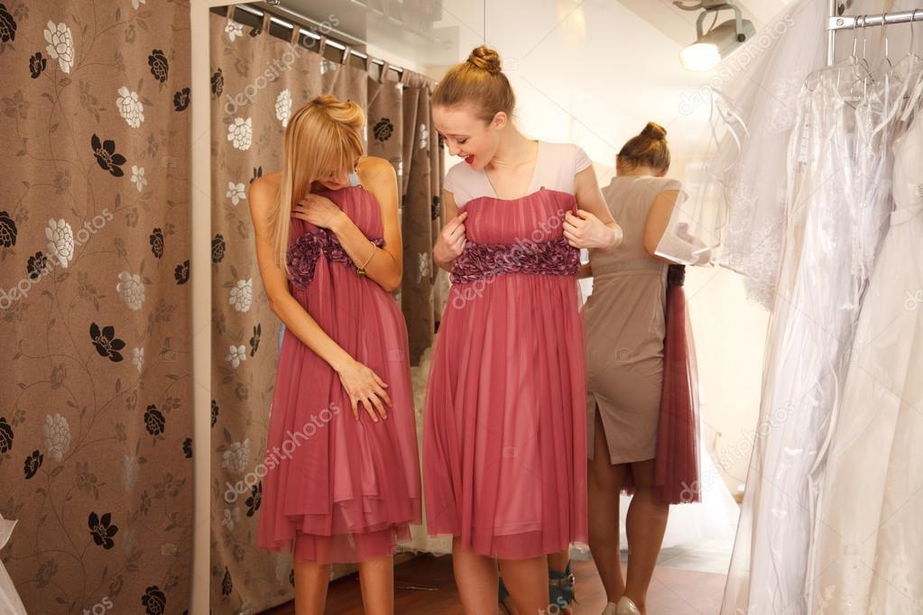damas en busca de vestidos para boda — Fotos de Stock © FurmanAnna ...
