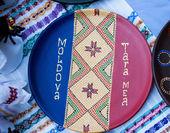 Fotografia Su un piatto decorativo porta bandiera della Moldavia e ornamento