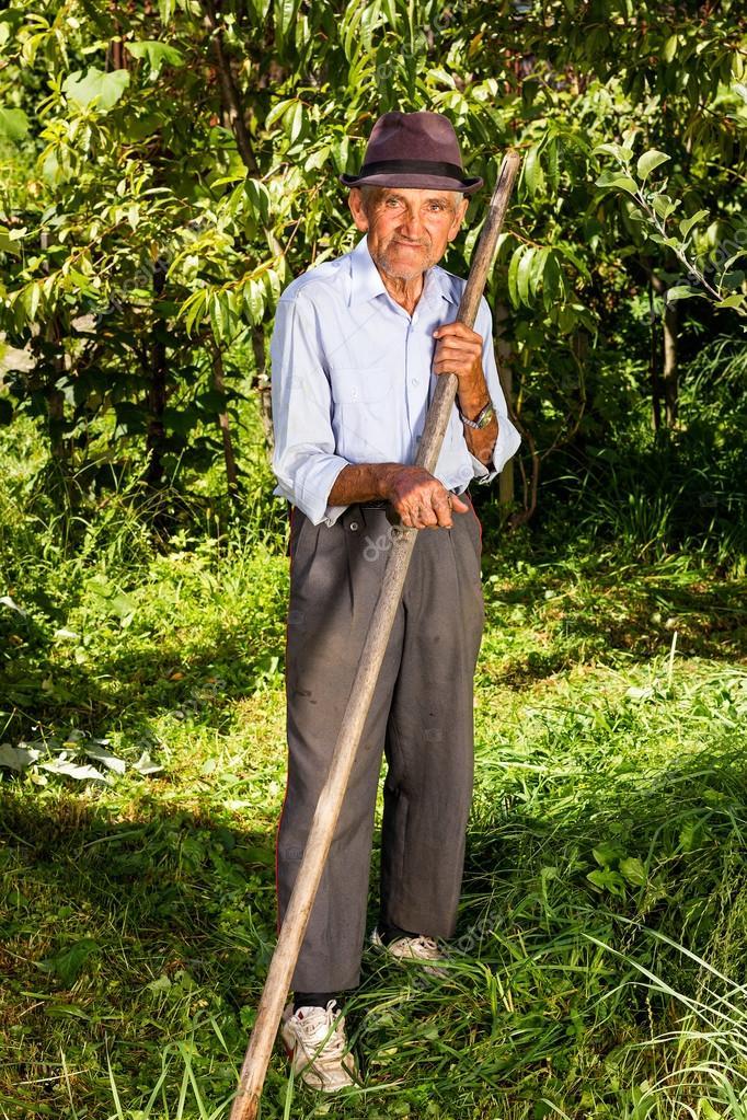Vieux paysan avec faux pour tondre l 39 herbe photographie for Tarif pour tondre pelouse