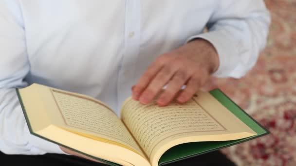Lesung des Korans im Gebet