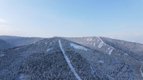 Zmrazené kopce zimní silnice letecký pohled