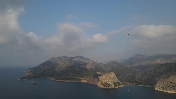 Yangın helikopteri. Hava sisli.