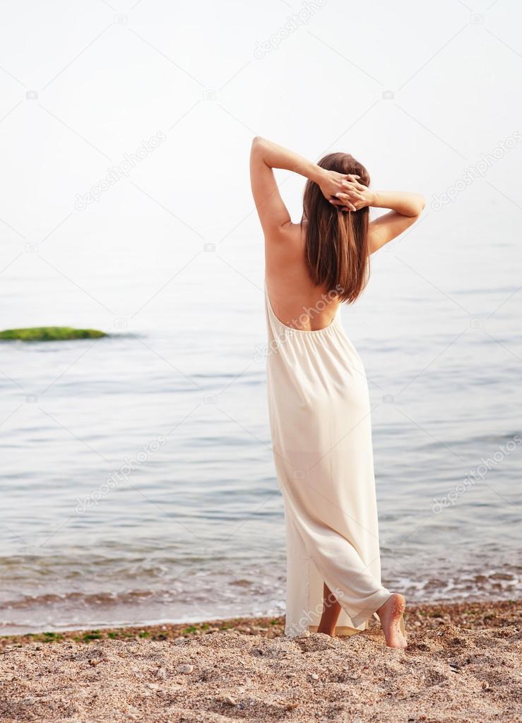 Фото девушки в белом платье спиной