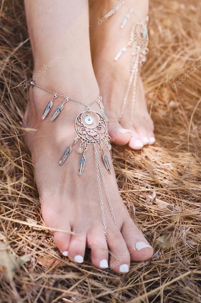Handgefertigte Armbänder auf eine Frau Beine, Nahaufnahme, weiße ...