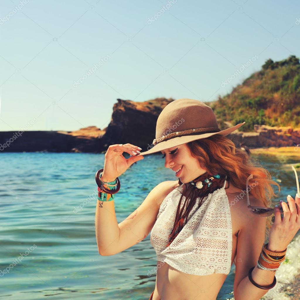 Viajero mujer trekking cerca de la playa de mar 46b1a9fd716