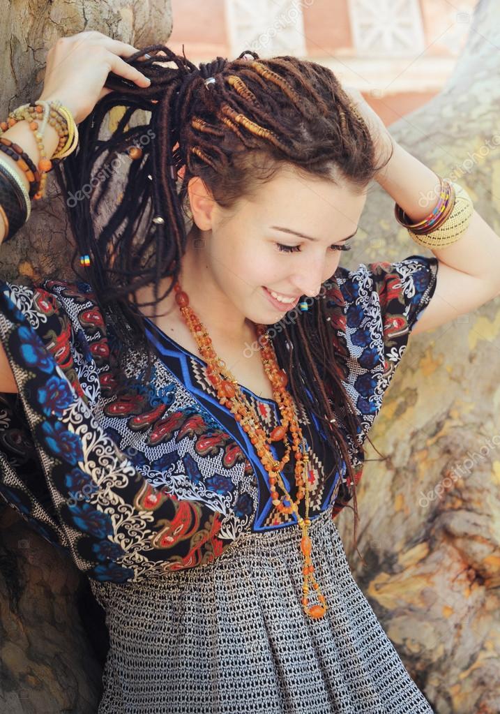 Junge Lachelnde Frau Portrat Mit Dreadlocks In Ornamentalen Kleid Im