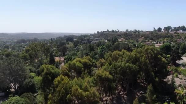 Luftaufnahme der Stadt Encinitas mit großer Villa und blauem Himmel