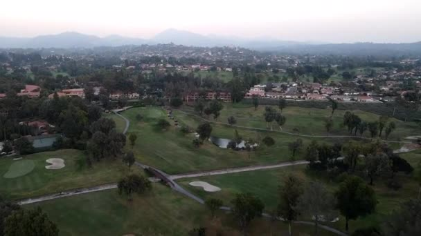 Luftaufnahme von Golf in einer gehobenen Wohngegend bei Sonnenuntergang