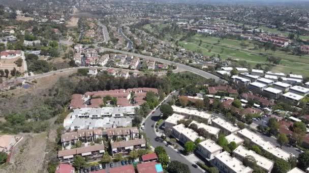 Letecký pohled na domy a byty s golfem v Karlových Varech, North County San Diego