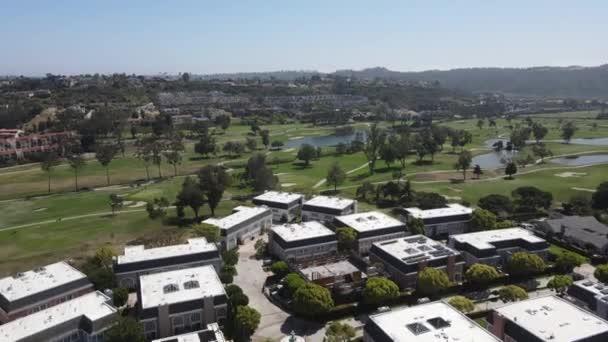Letecký pohled na golf obklopený vilami a byty s golfem v Karlových Varech, North County San Diego