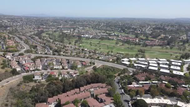 Letecký pohled na údolí s domy a golfem na pozadí v Karlových Varech, North County San Diego