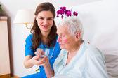 Milující sestra pomáhá nemocní starší žena